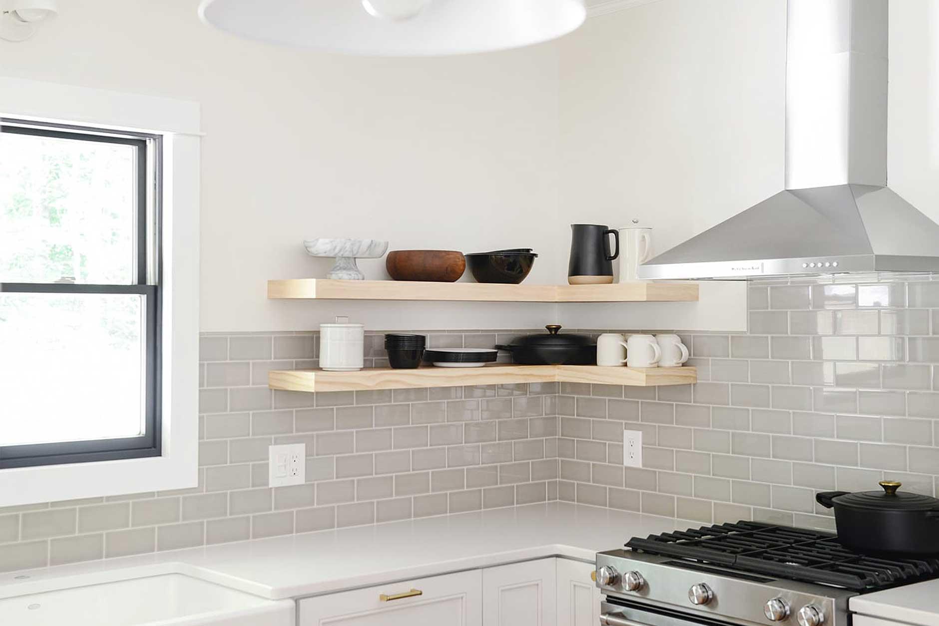 Kuhinjske police – dekorativni i funkcionalni dodatak svakoj kuhinji